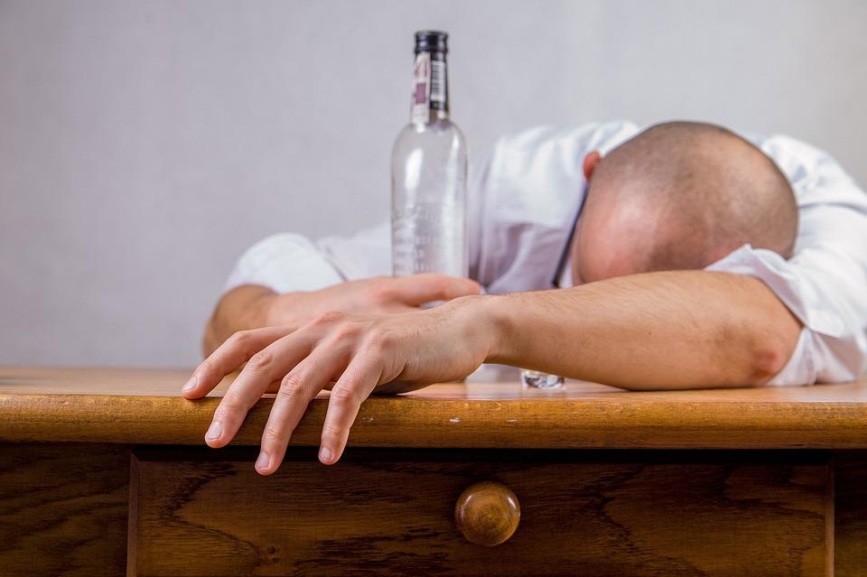 男、アルコール、二日酔い、飲酒セッション、酔っぱらい