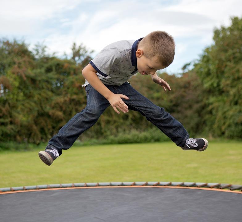トランポリン, 少年, 少し, 子, 子ども, 楽しい, ジャンプ, 再生, 濃度, アウトドア