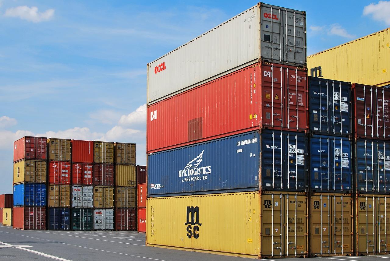Viele unterschiedlich farbige ISO-Container auf einem riesigen Freilagerplatz