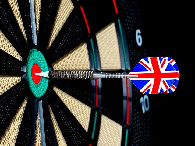 how to hold a dart arrow