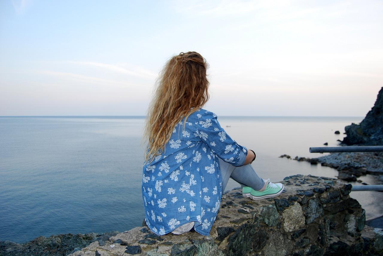 жаль фото где девушка сидит на море грудь