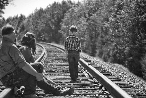 少年, 親, 徒歩, 鉄道線路, 黒と白, 肖像画, 木, トラック, 子
