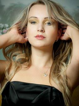 fotografii-zhenshin-blondinok-vpoloborota-video-dami-lyubyashie-molodih-parney-onlayn