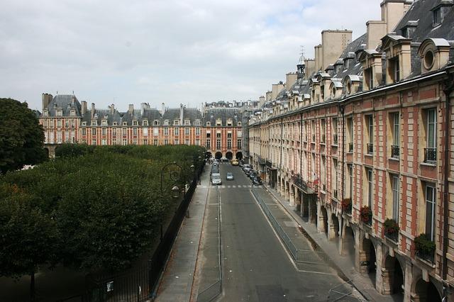 Free photo place de vosges facades paris free image - Comptoir des cotonniers place des vosges ...