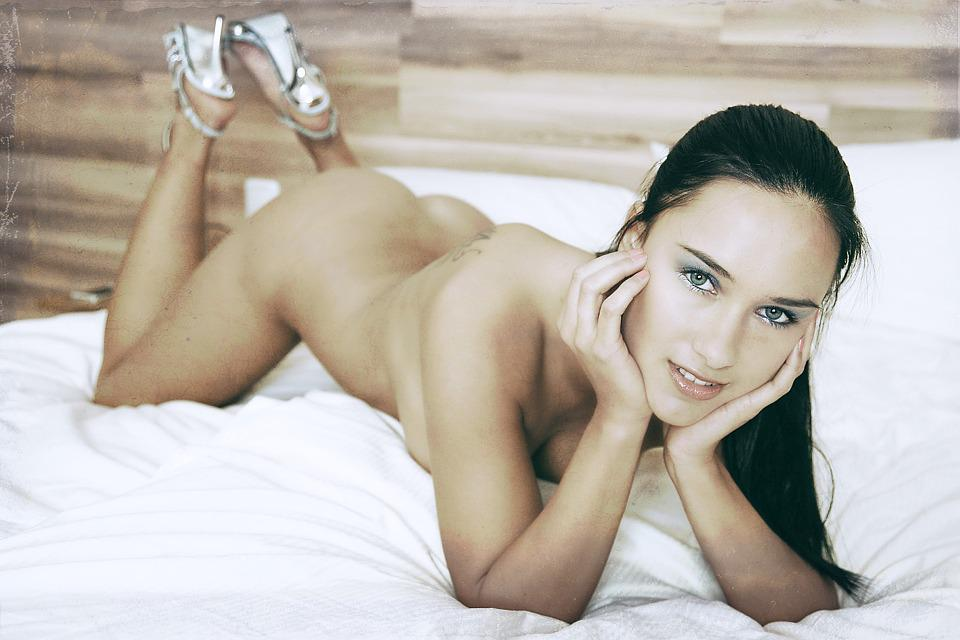Famous Nude Babes Pics, Erotic Photos of Naked Girls