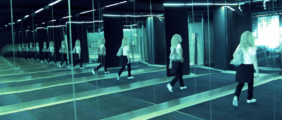 Photo gratuite miroir infini femme blonde image for Miroir infini