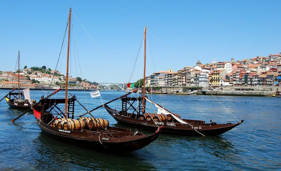 https://cdn.pixabay.com/photo/2014/11/07/22/31/boat-521351_960_720.jpg