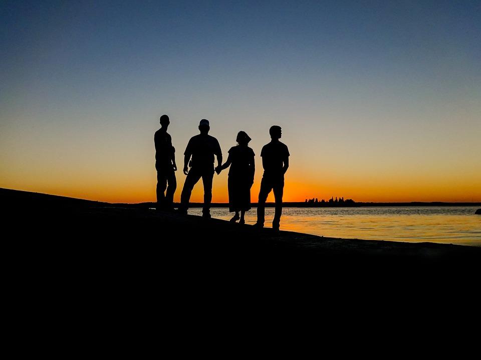 Fine turer i Norge for hele familien med solnedgang og vakker utsikt er fantastisk.