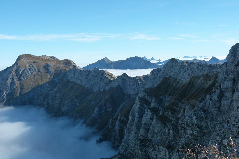 Klettersteig Nebelhorn : Mountain climbers at the hindelanger klettersteig on nebelhorn