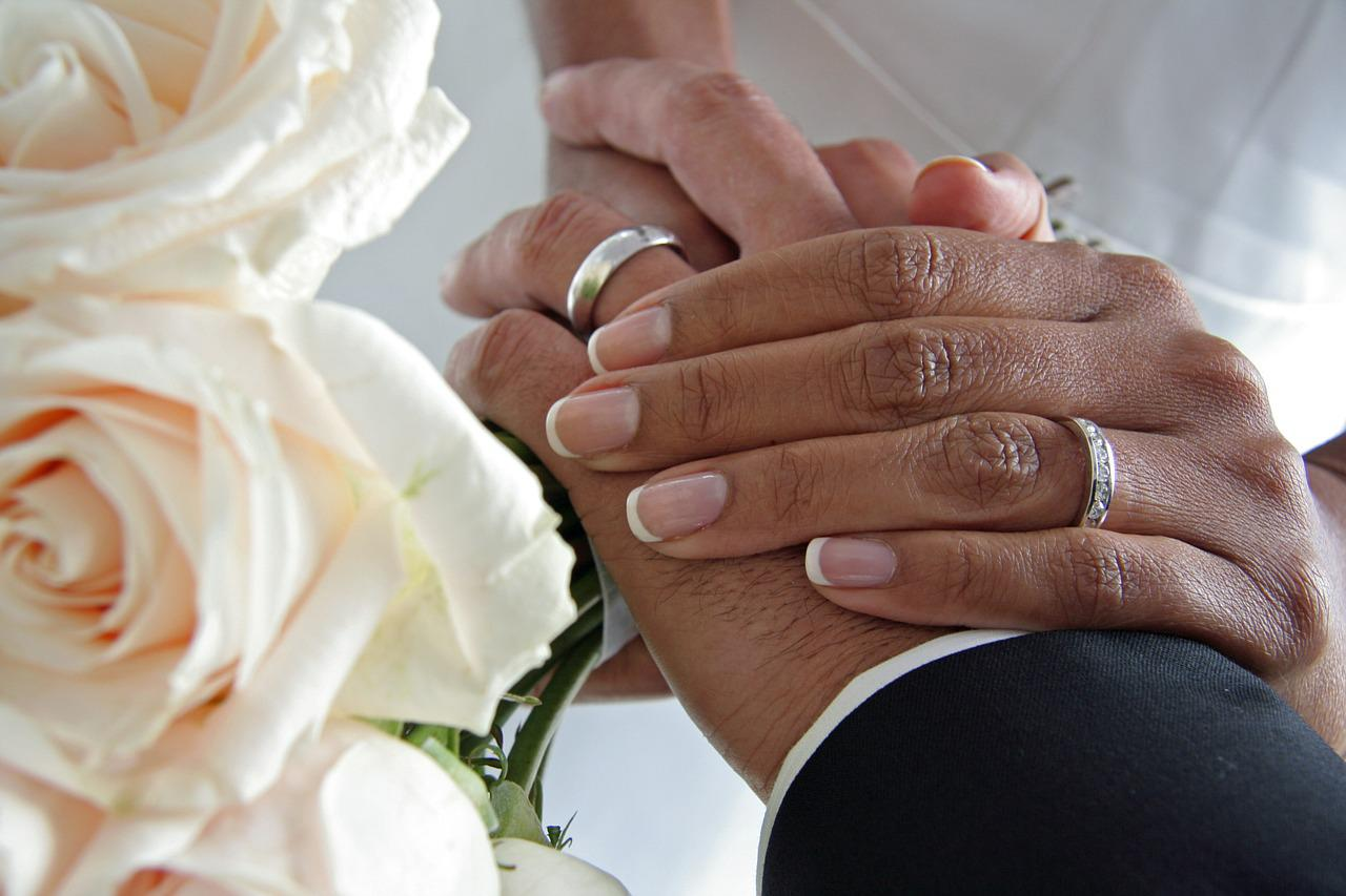 Картинка обручальные кольца на руках, мама смешное