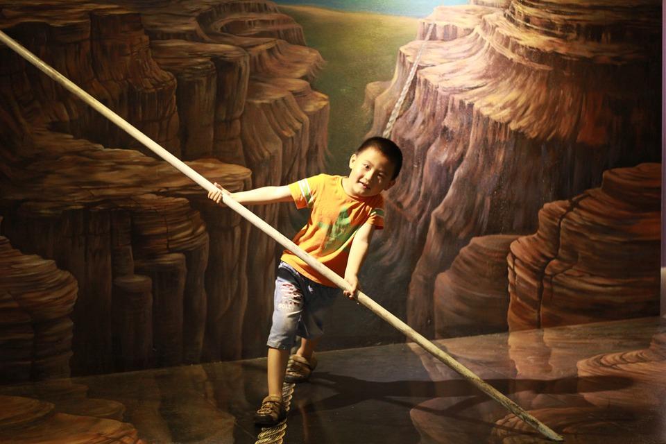 Niño haciendo equilibrio