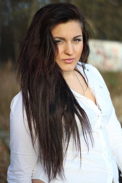 video s dlouhými vlasy