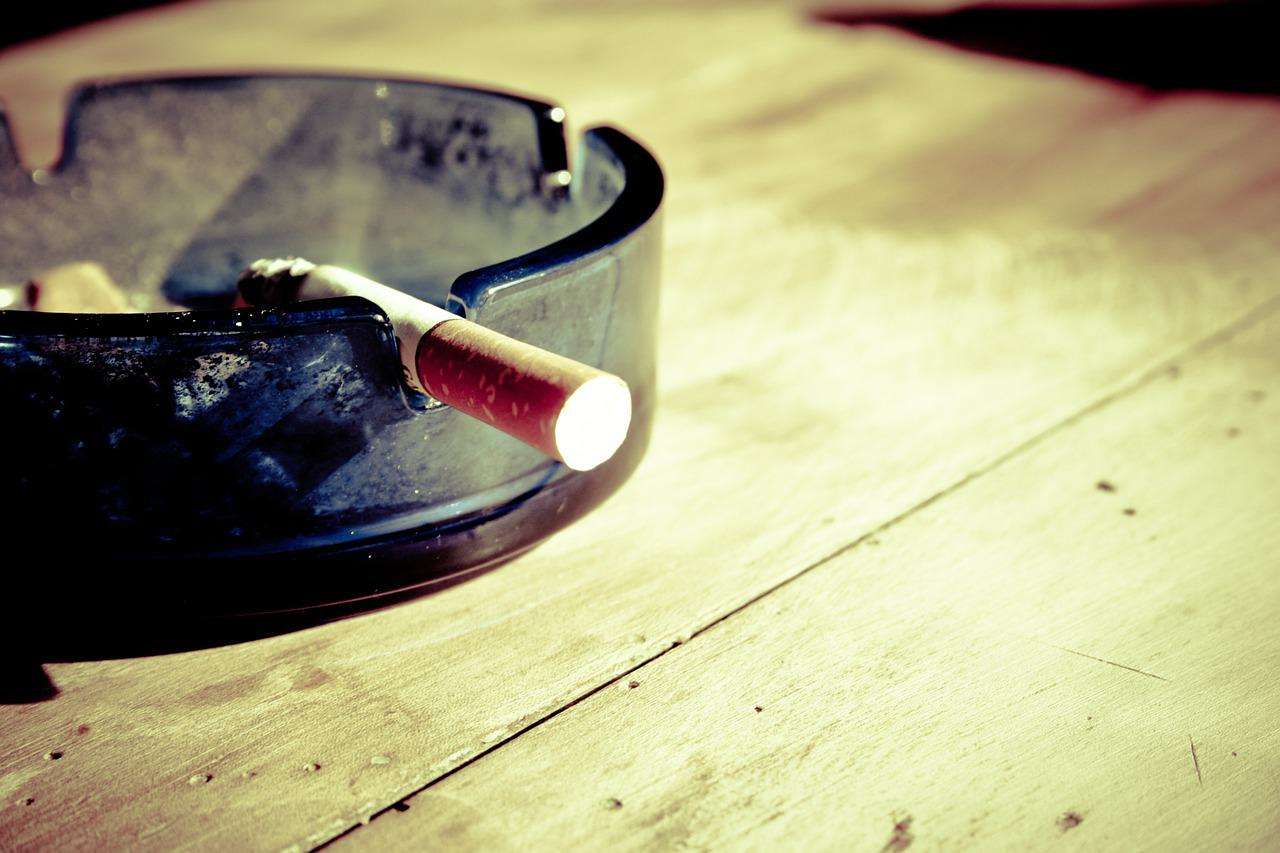 タバコ, 禁煙, 煙, 灰, たばこの吸い殻, ニコチン, たばこ, 不健康, スタブ, 傾き, 灰皿