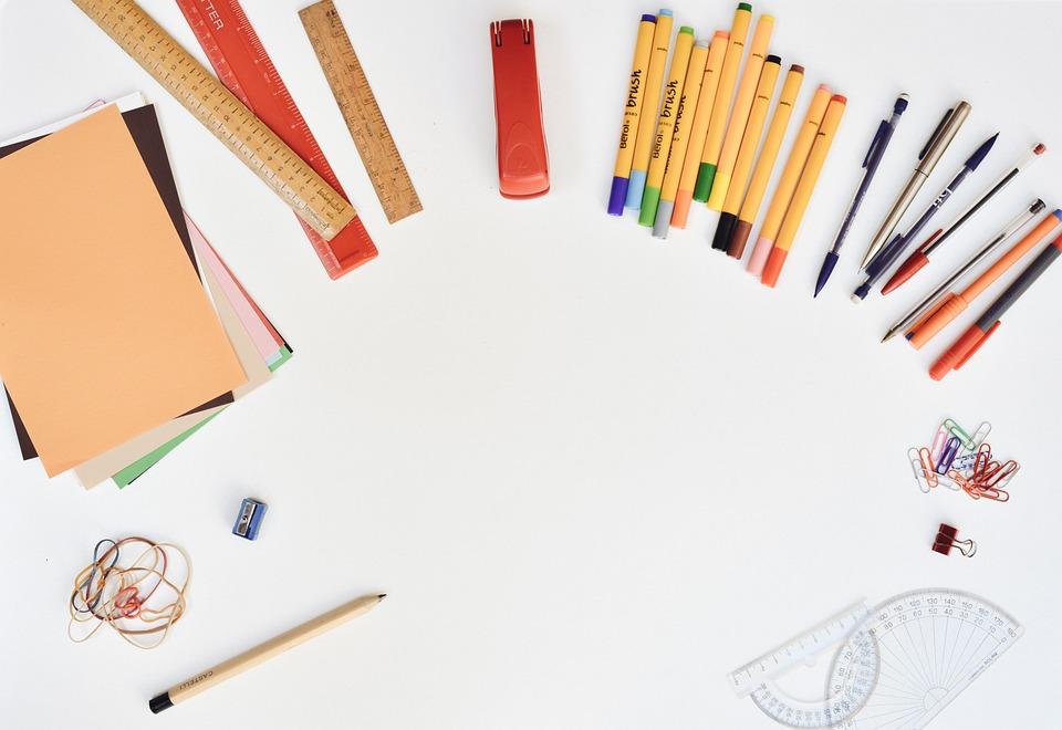 デスク, 文房具, ペン, ルーラー, シャープナー, 鉛筆, 球ペン, フェルトのヒント, ゴムバンド