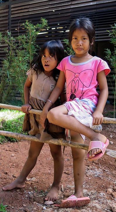 カンボジア 女の子 アンコール ワット, カンボジア - 12 月 31 日: 女の子 12 月アンコール ワットの夕日ポーズ 31,2013、カンボジア