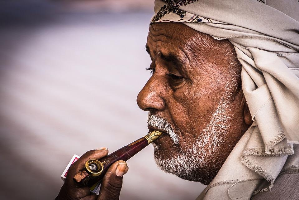 בחור מבוגר עם מקטרת בפה
