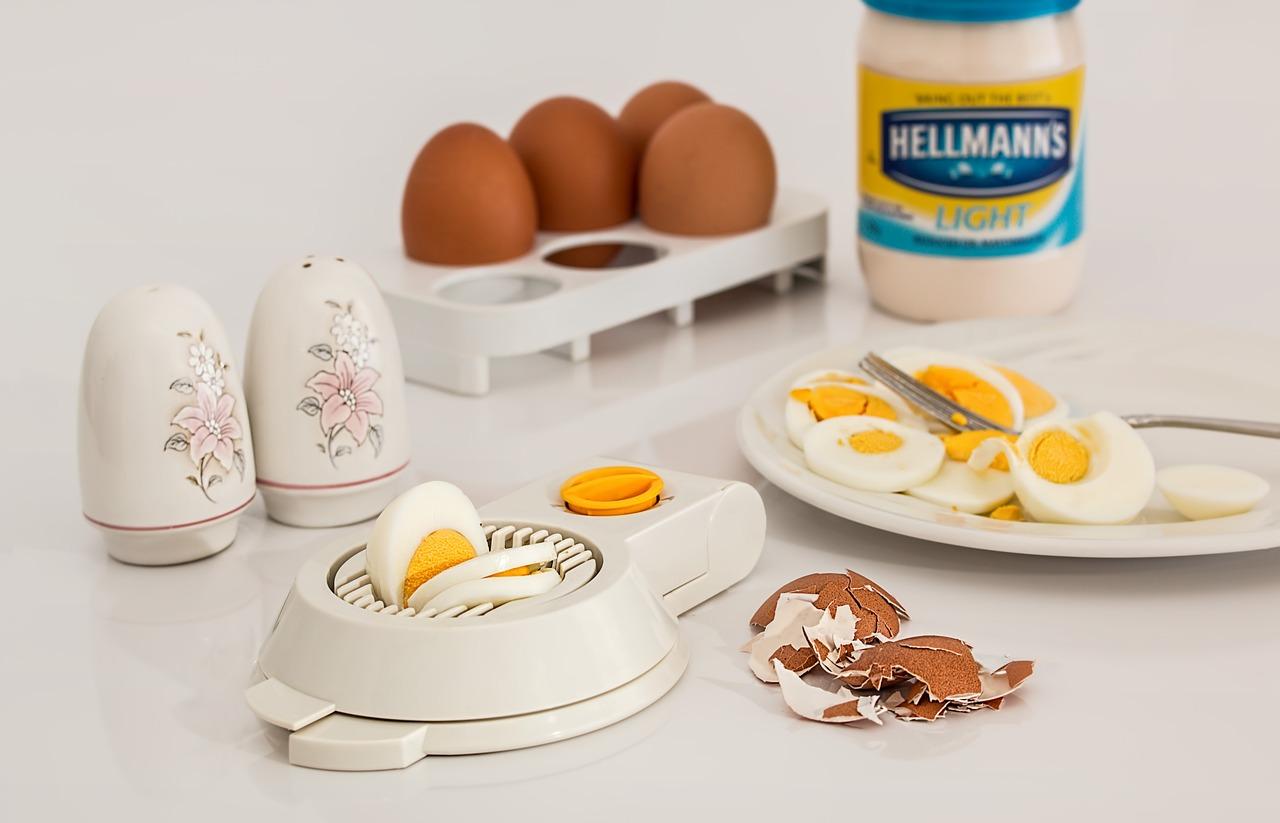 нарезанные варёные яйца