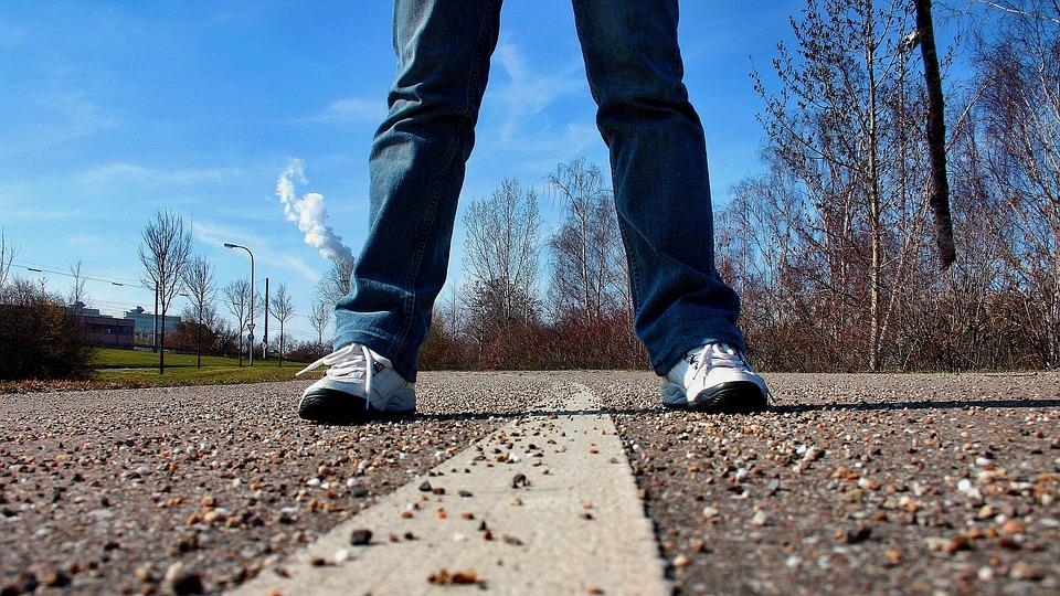 歩道, 道路, スタンド, フィート, 分析観点, スニーカー, 人間, 中央予約, 人, 待つ, 停止