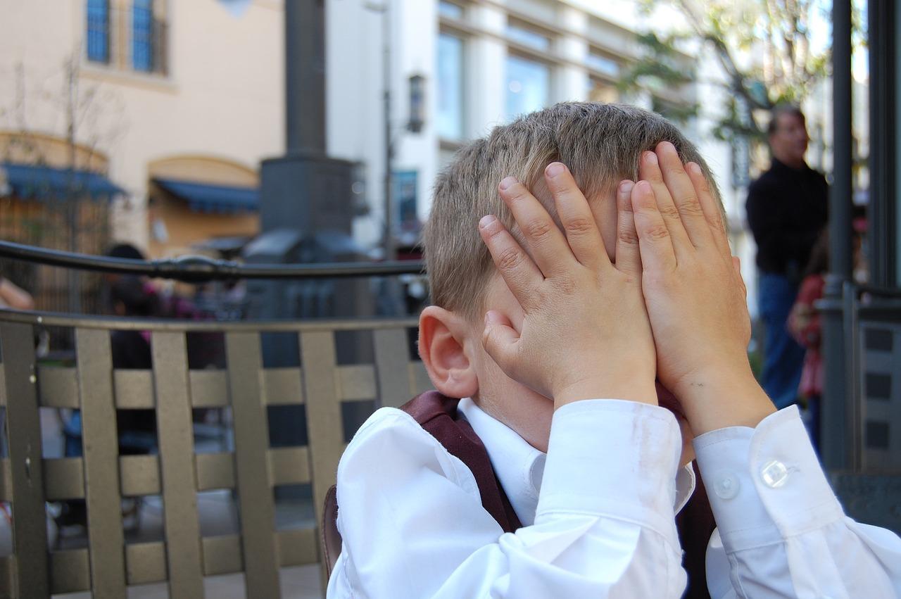 少年, Facepalm, 子, 若者, 怒りに満ちた, 疲れて, 腹, 手, 非表示, 恥ずかしい, 羞恥心