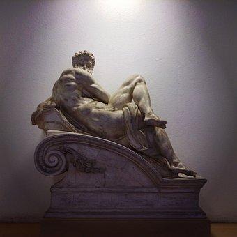 Eenstandbeeld van een gespierde Griekse god.