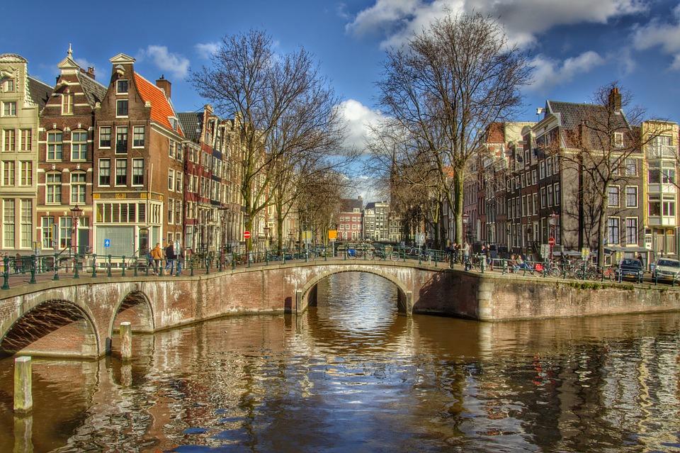 https://cdn.pixabay.com/photo/2015/03/21/11/28/amsterdam-683534_960_720.jpg