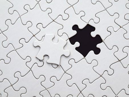 pezzi di puzzle in bianco e nero