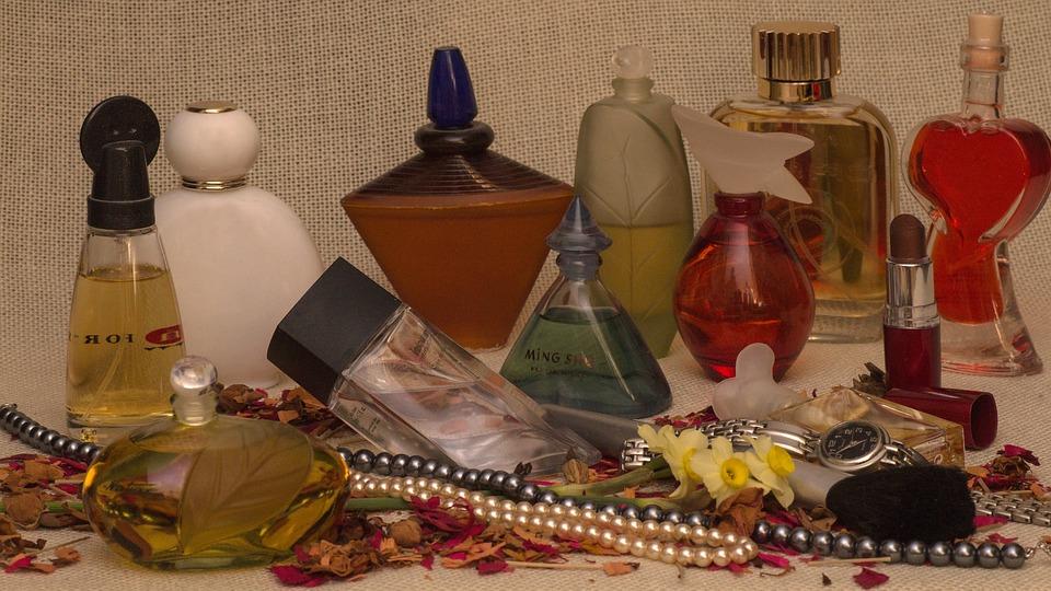 Martwa Natura, Perfumy, Płatki Róż, Perłowy Naszyjnik