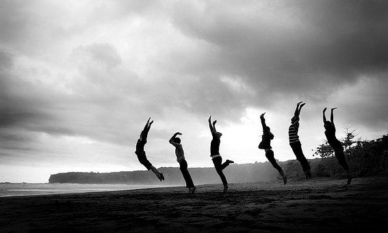 ジャンプしている人の写真|KEN'S BUSINESS|ケンズビジネス|職場問題の解決サイト