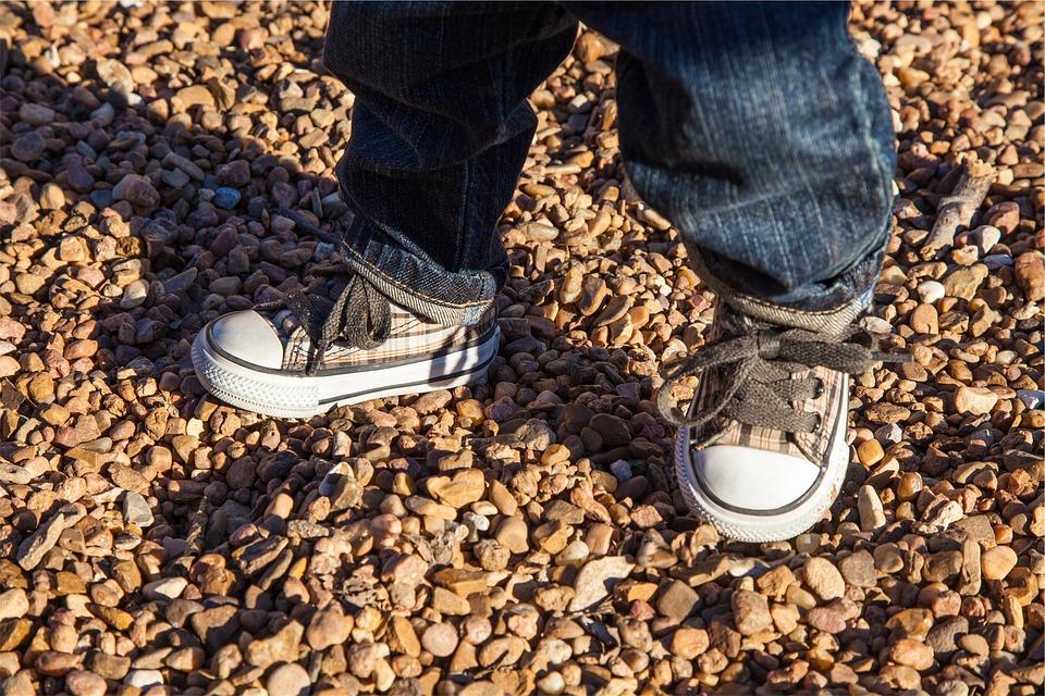 Kind, Kinder, Schuhe, Schnürsenkel, Jeans, Felsen