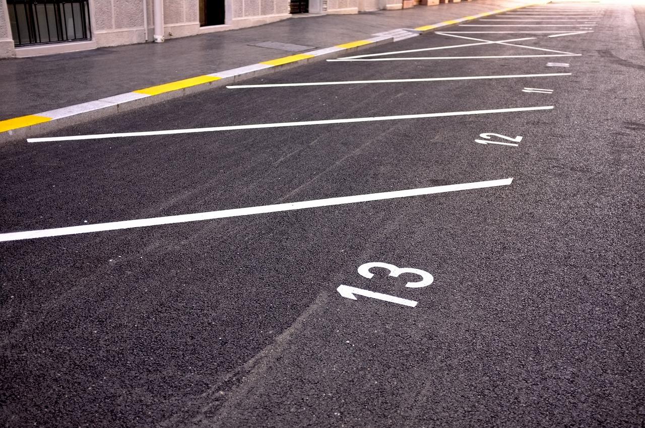 Десять парковочных мест выставили на торги в Академическом районе