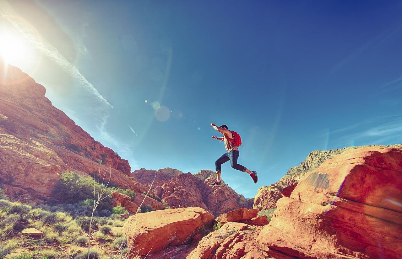 男, 跳躍, うれしそうな, 幸せ, スポーツ, 屋外, 楽しい, ハイキング, 赤, 岩, 国家, 公園