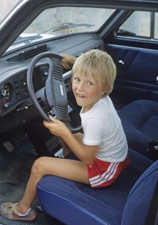 孩子, 男孩, 汽车, 儿童汽车驱动器, 孩子税, 小家伙在车上, 嫩叶车, 方向盘, 孩子在方向盘, 短裤