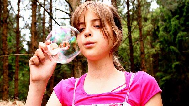 泡を吹く, 女の子, ピンク, 森, 幸せです, モミの木, 顔, 再生, 自然
