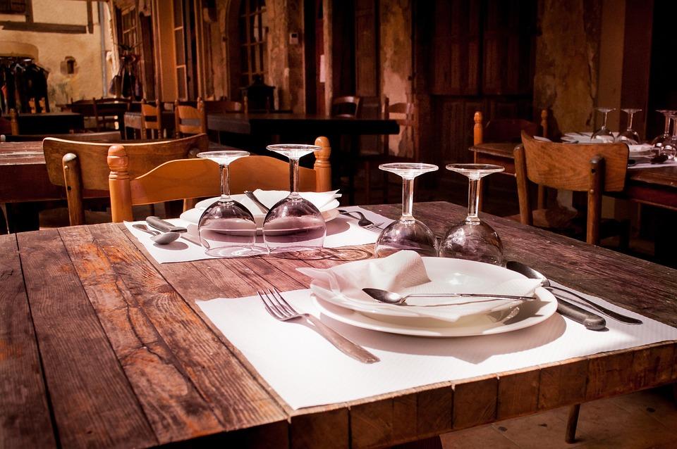 Charmant Restaurant, Table, Salle À Manger, Lunettes, Plaques