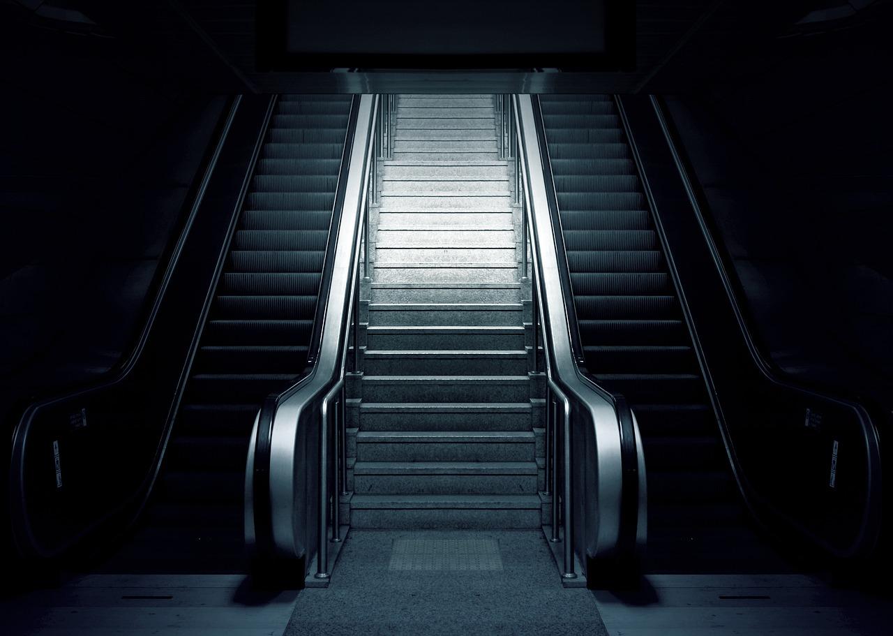 https://cdn.pixabay.com/photo/2015/05/16/12/03/escalator-769790_1280.jpg