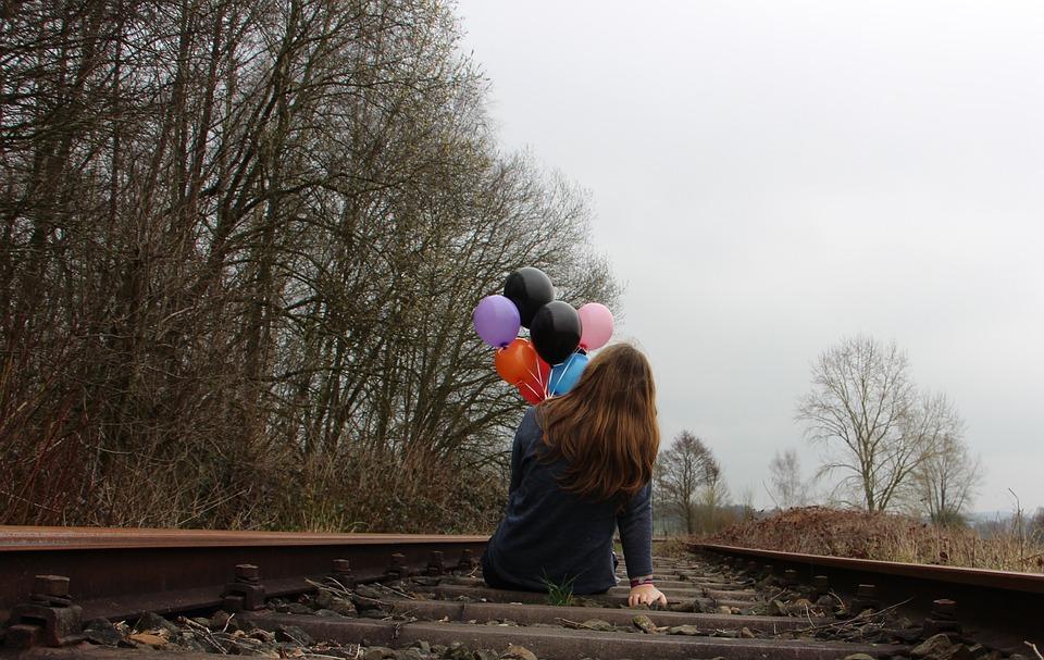 M dchen, Bahnschienen, Luftballons