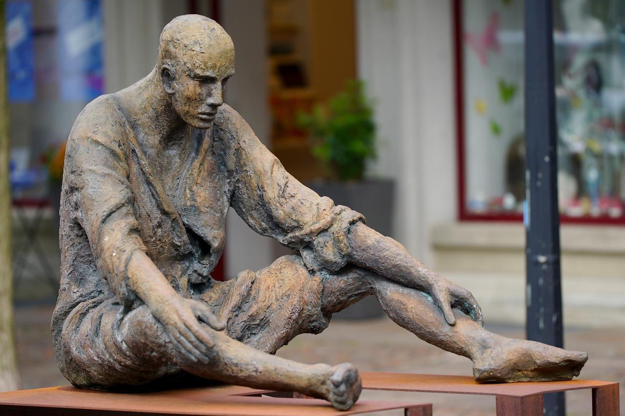 Фото скульптуры людей начальника железной
