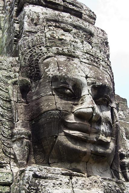 Free photo cambodia angkor wat statue head