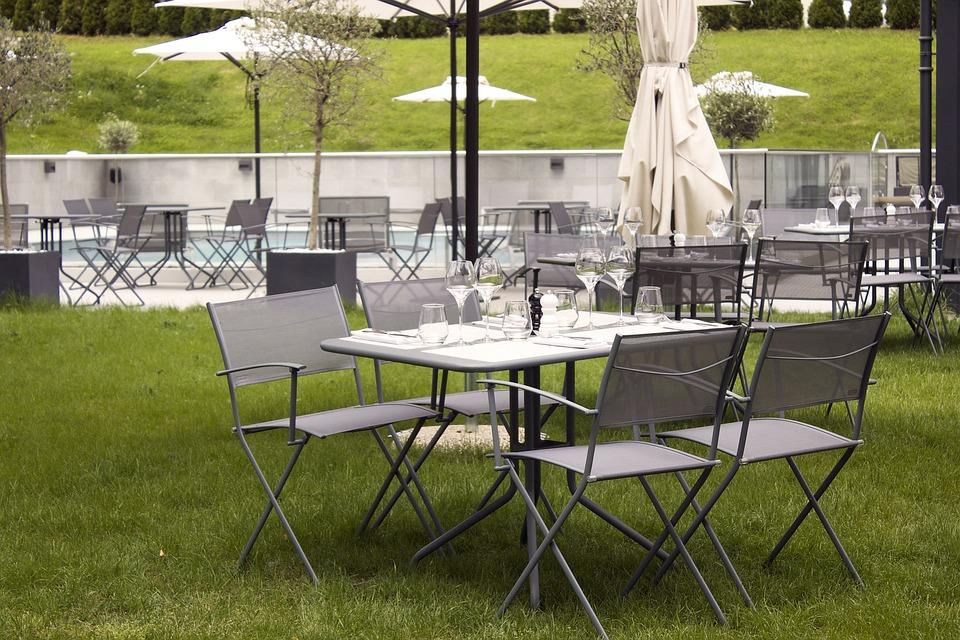 Restaurant Table Chaises Herbe Le Dejeuner