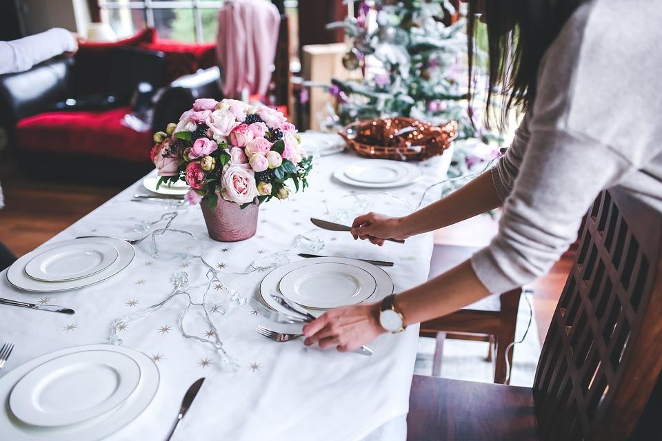 Krásně prostřený vánoční stůl