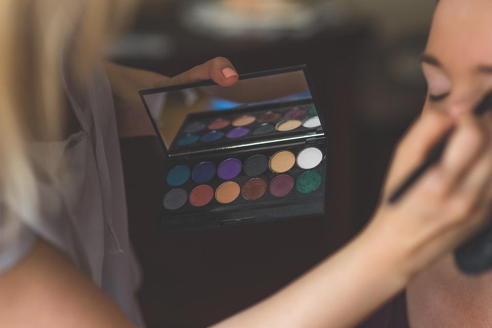 化粧, メイクアップします, メイクアップ, アーティスト, 適用します, アイシャドウ