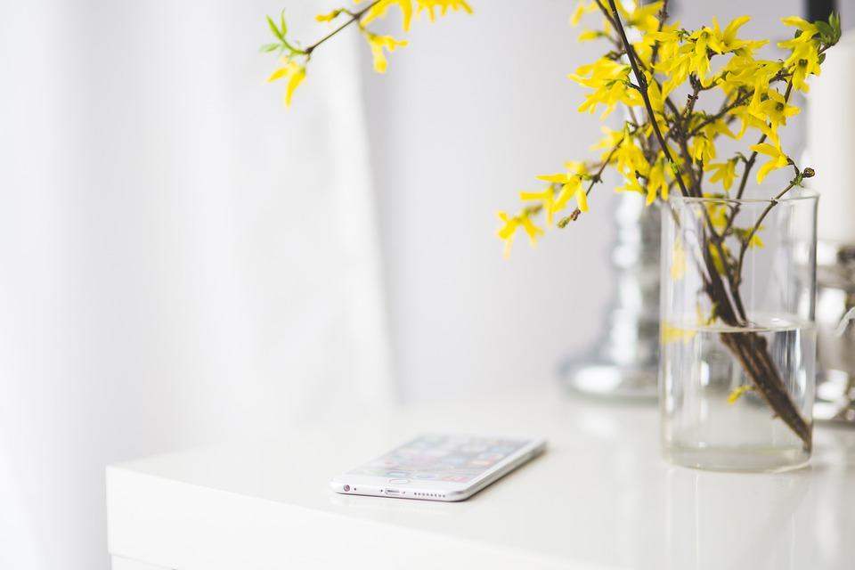 Iphone, Iphone 6, Iphone 6プラス, アップル, 白い机, デスク, 花, 黄色の花