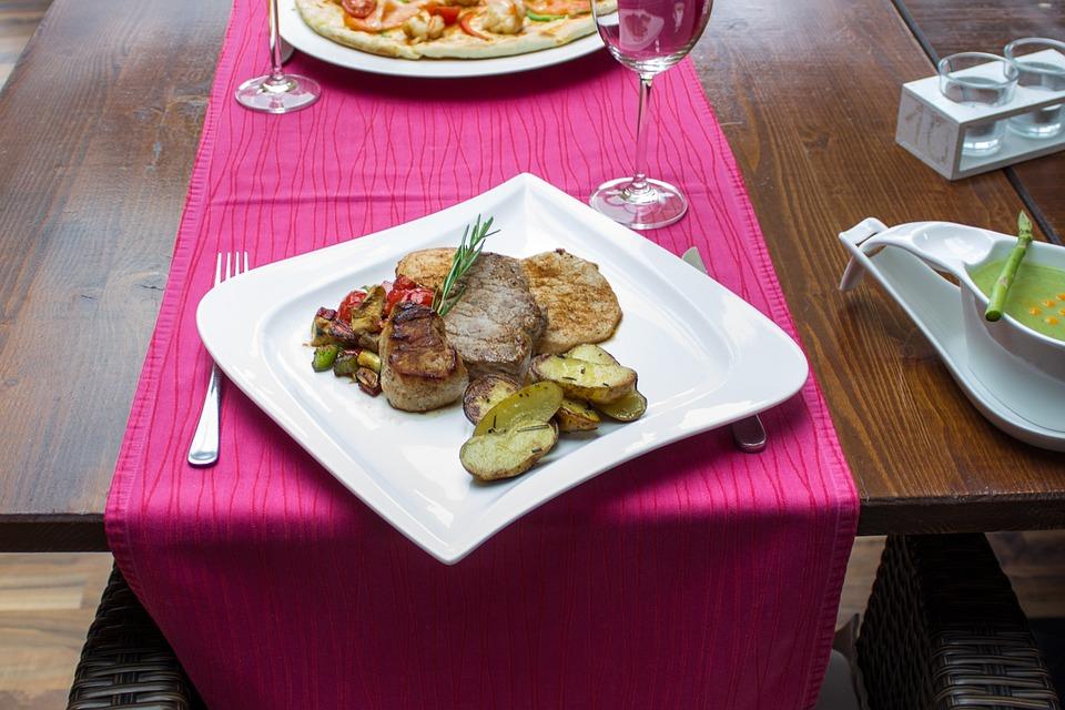 Restaurant Gastronomie Essen Tisch Stühle Gedeck