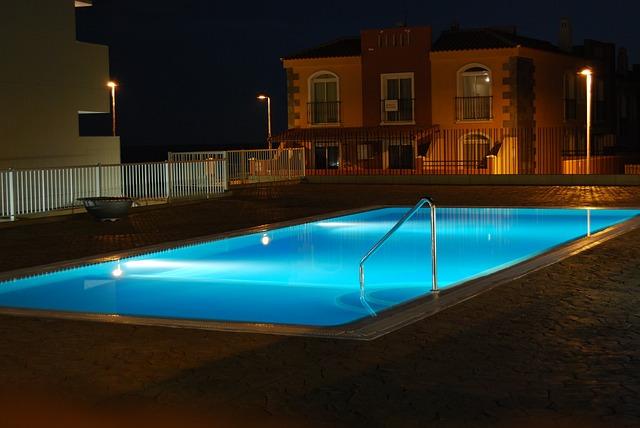Foto gratis week end relax piscina notte immagine - Orientamento piscina ...