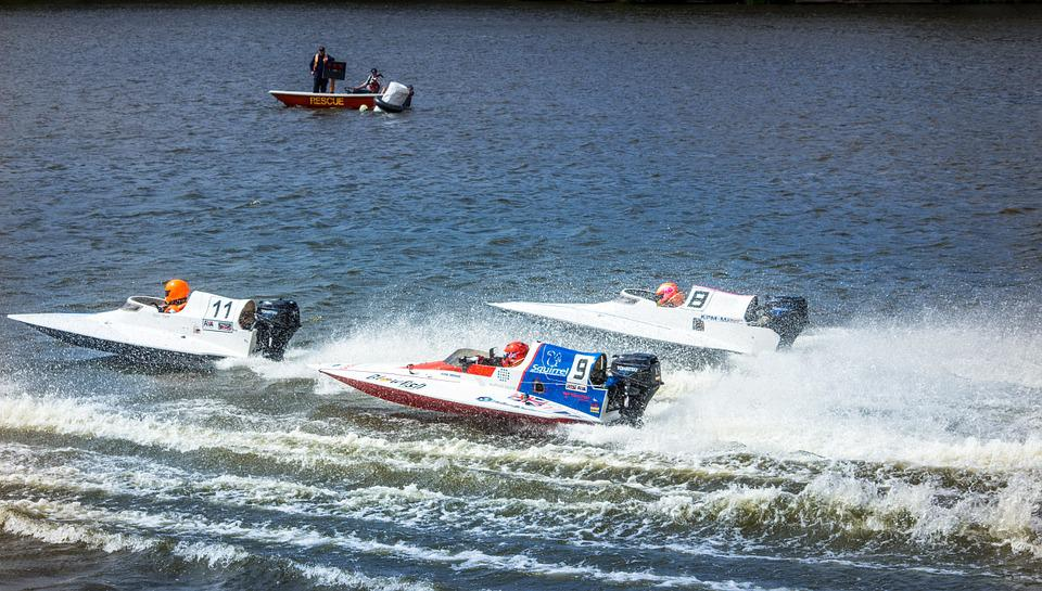 bateau a moteur de course