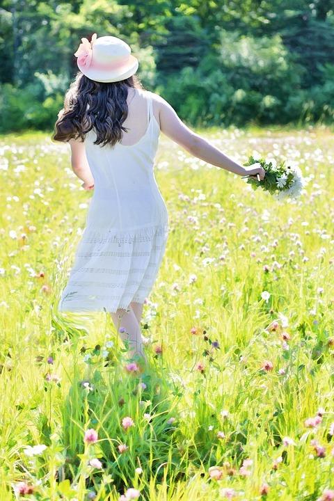 Девушка с цветами полевыми