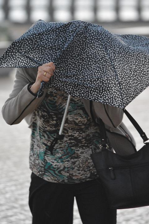Frau in Regen und Wind, User: Ben_Kerckx