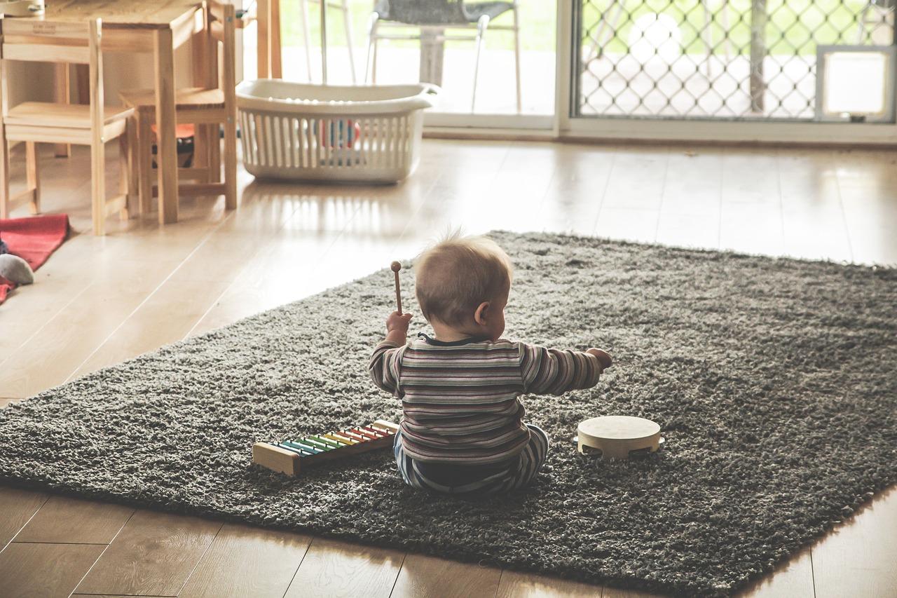 Comment encourager votre bébé à jouer tout seul ?