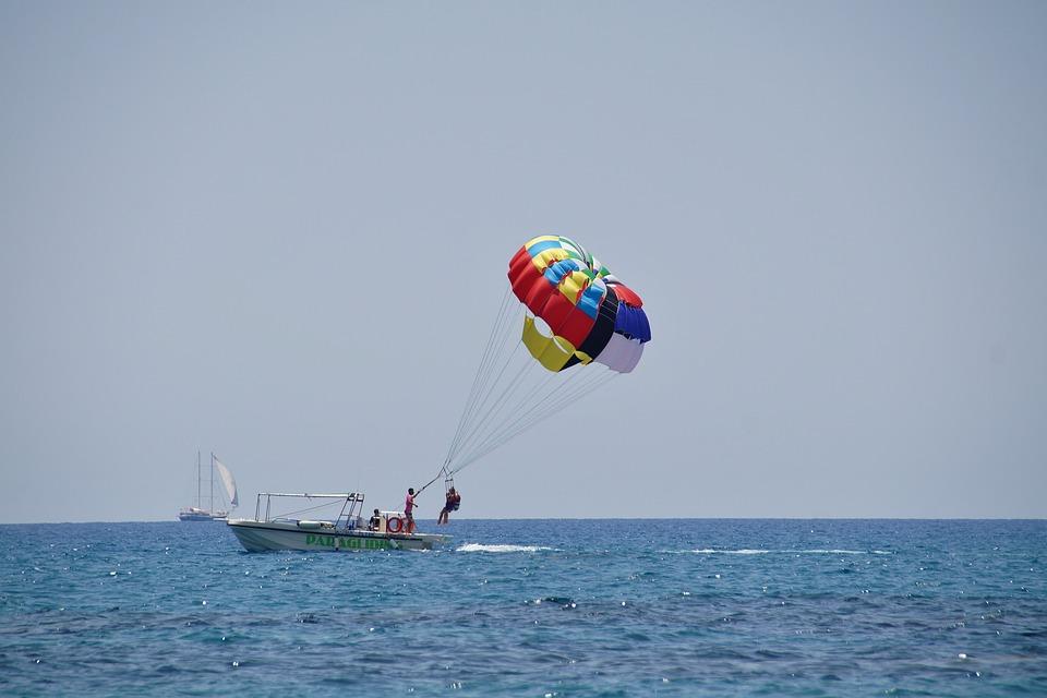 Der Start beim Parasailing erfolgt vom Boot.