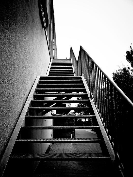 escaleras de metal poco a poco escaln escalera